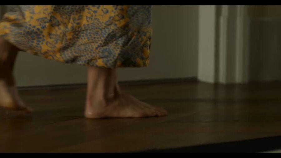 Natalie Portman has cute small feet! 18 of 40 pics