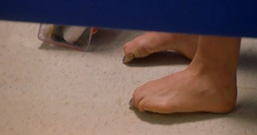 Natalie Portman has cute small feet! 13 of 40 pics