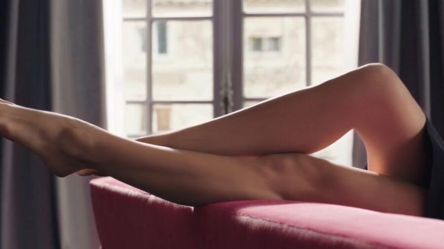 Natalie Portman has cute small feet! 19 of 40 pics